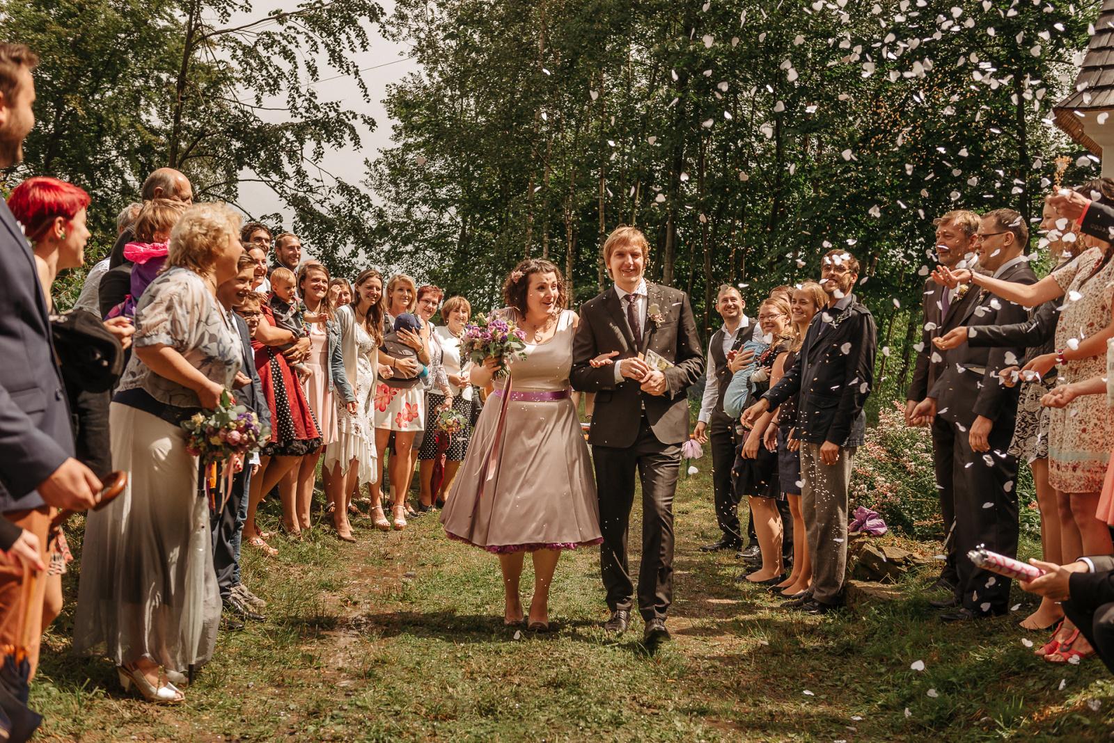 ženicha nevěsta jdou špalírem
