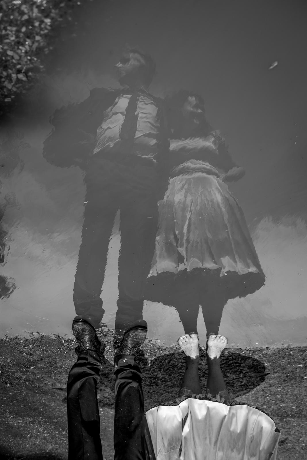 ženich a nevěsta v zrcadle