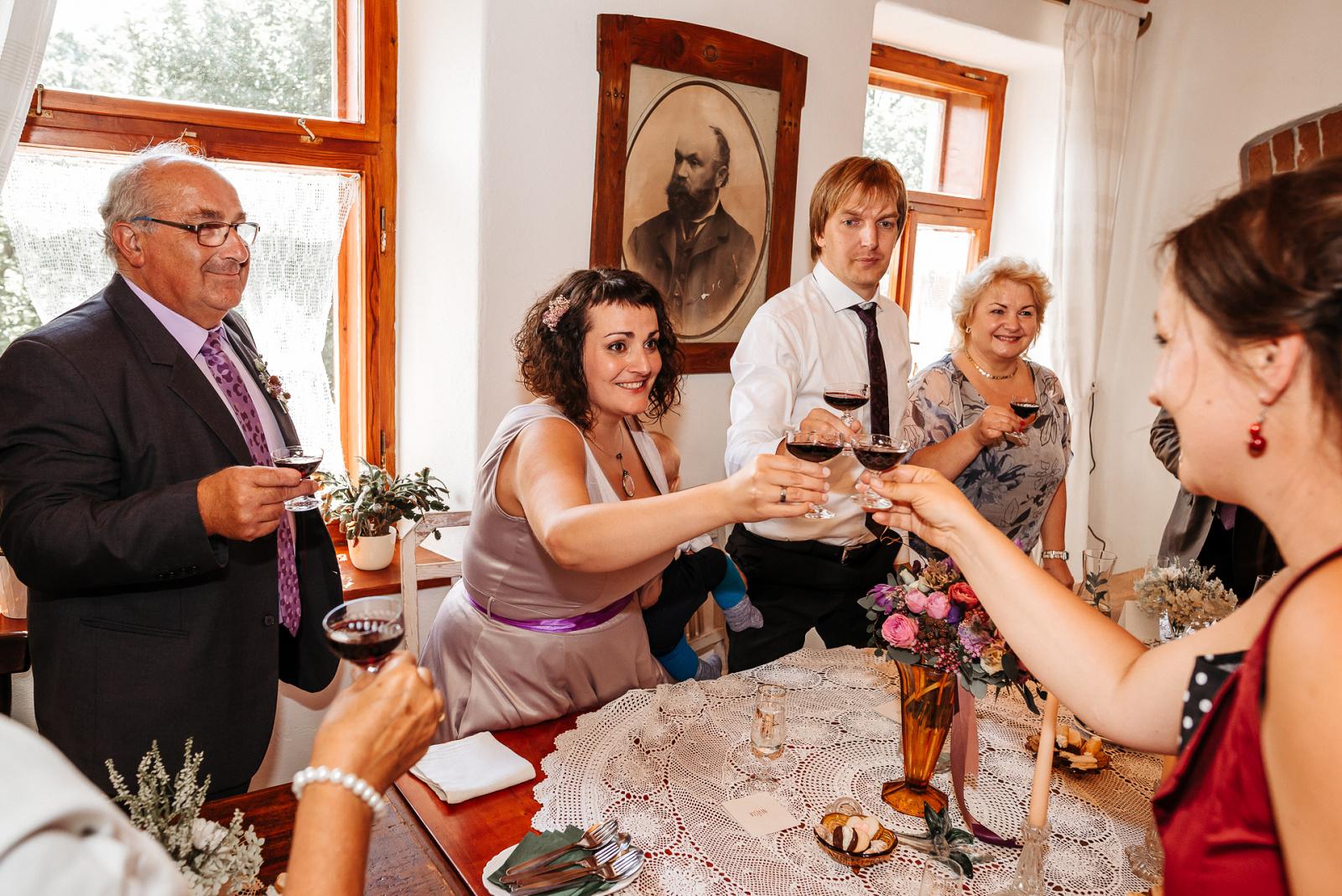 slavnostní přípitek ženicha a nevěsty