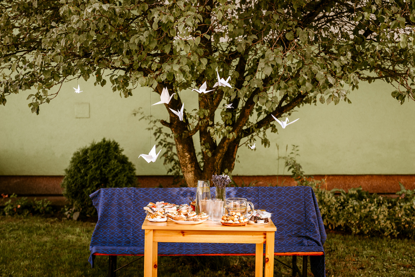 svatební jeřáby poletují kolem prostřeného stolu