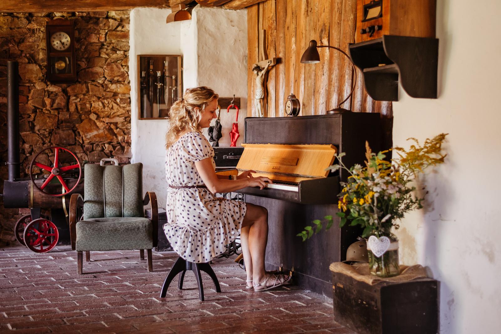 klavír na svatbě Mariany a Josefa nikdy nezahálí