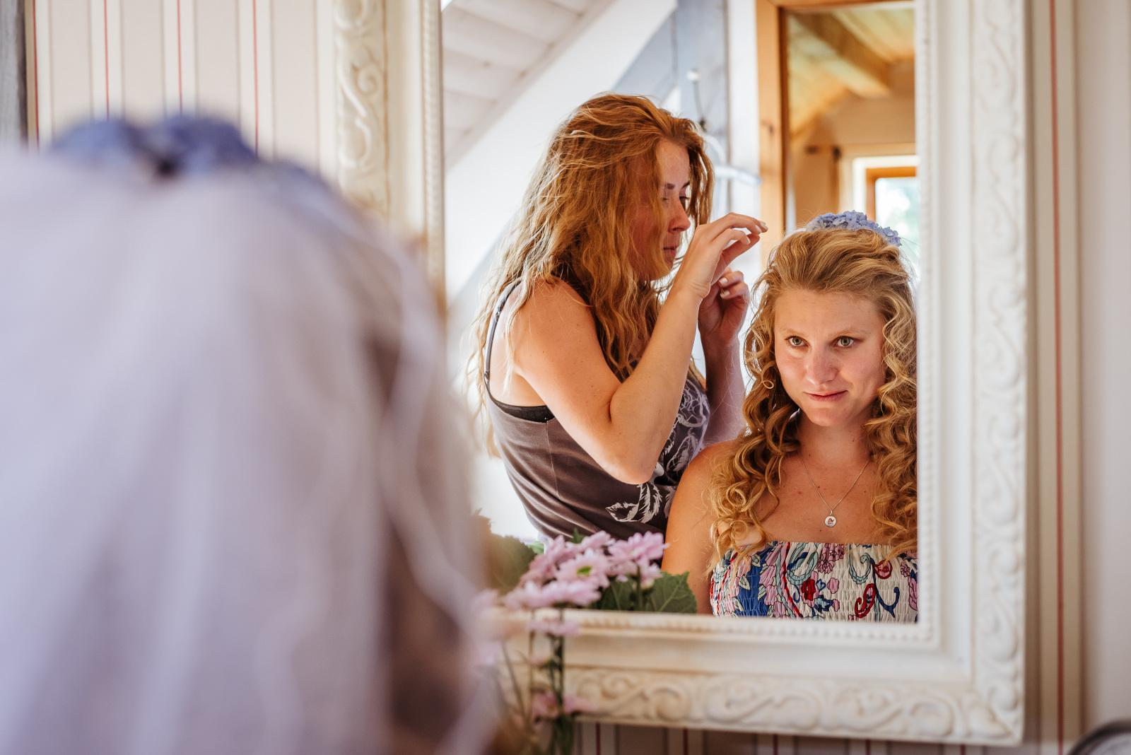 kadeřnice připravuje nevěstu