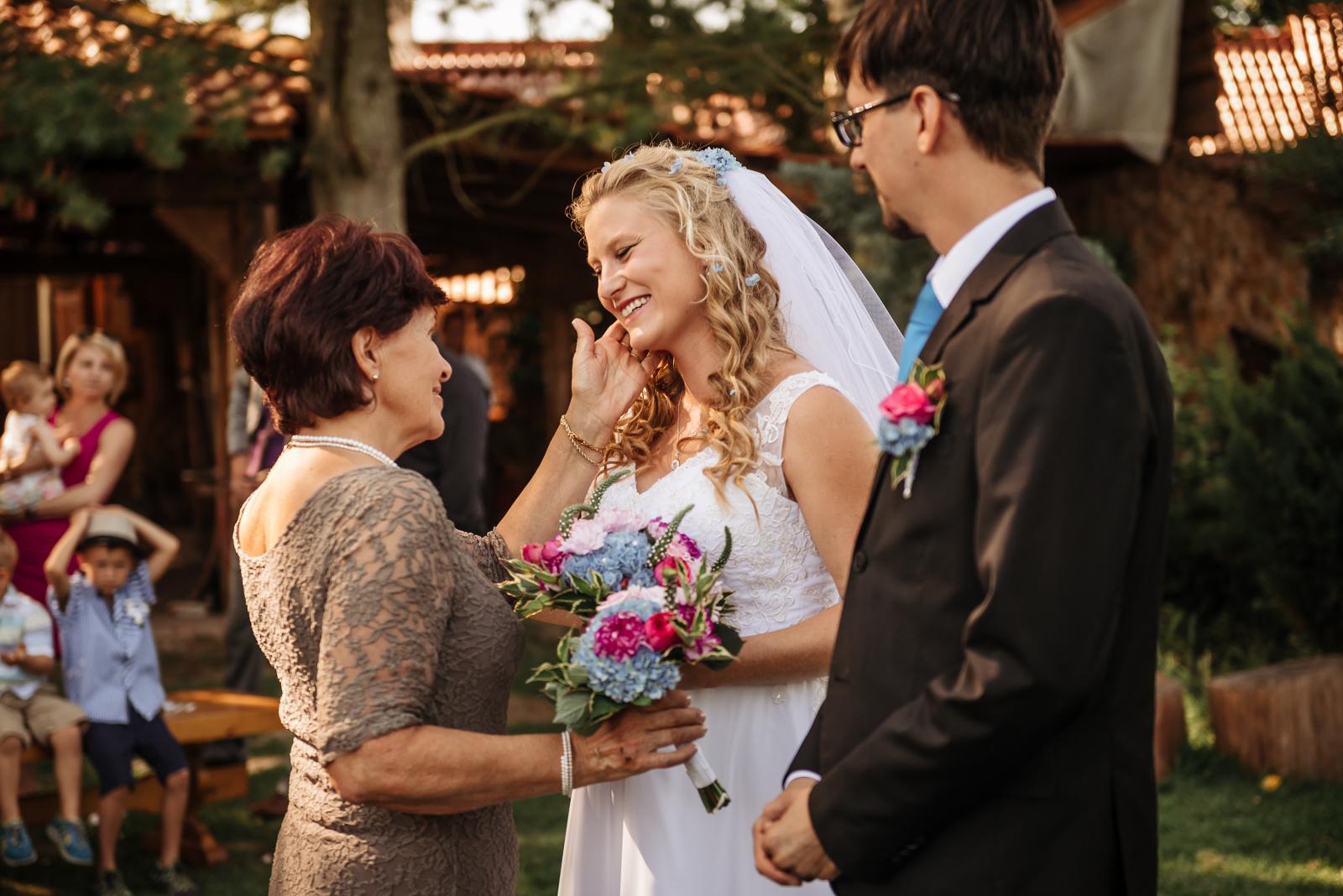 dobrý svatební fotograf zachytí i emoce
