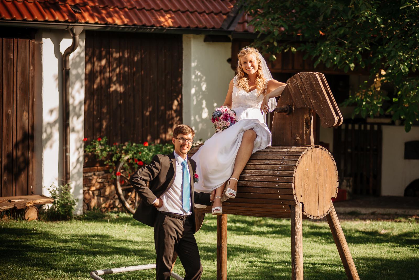 svatba na samotě u houpacího koně