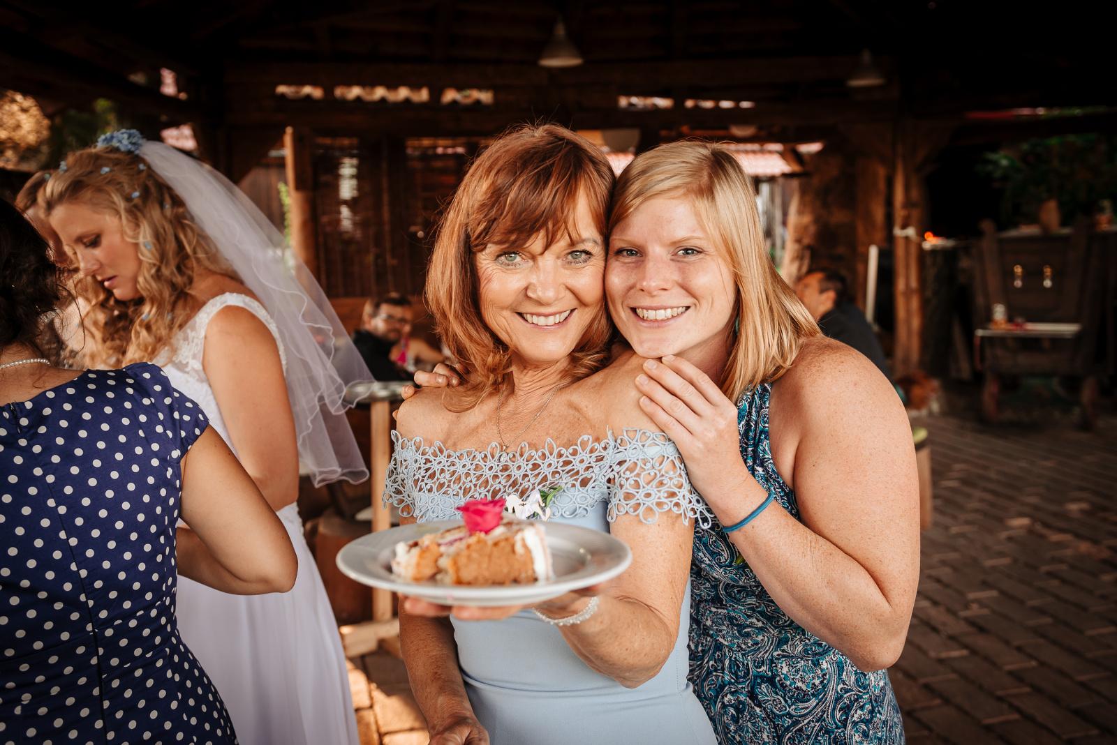 svatební fotografie s kouskem dortu