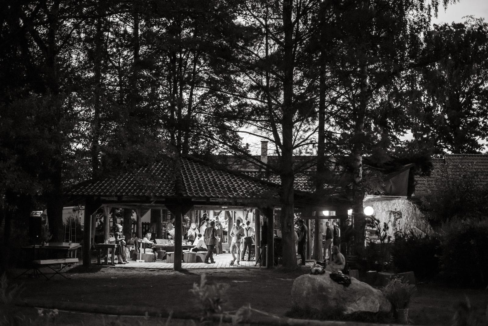 samota u houpacího koně v noci